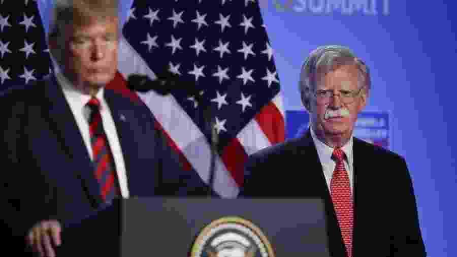 John Bolton (dir.), em foto de 2018 com o presidente, acumulava discordâncias com Trump sobre como conduzir a política externa - Sean Gallup