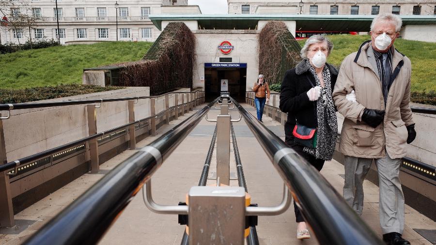 Casal de idosos caminhando em Londres, na Inglaterra, durante pandemia do coronavírus - NurPhoto via Getty Images