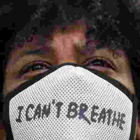 """Manifestante usa máscara com a frase """"Não consigo respirar"""" - EVA PLEVIER/REUTERS"""