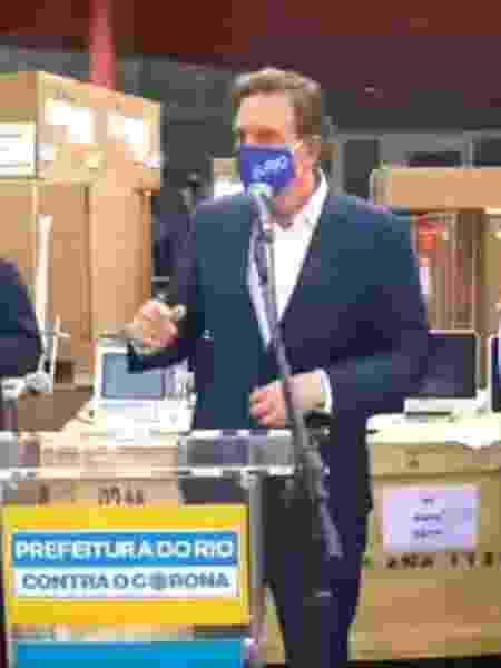 23.jun.2020 - Crivella discursa em porta de hospital no Rio com caixas de equipamentos na calçada - Reprodução/ Facebook - Reprodução/ Facebook
