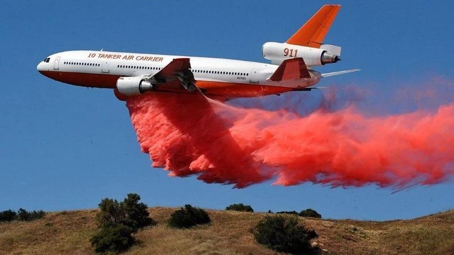 Combate a incêndios conta com aviões de passageiros adaptados, como o DC-10 da 10 Tanker - Divulgação/A10 Tanker
