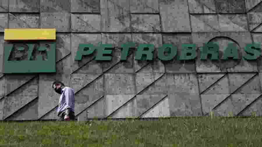 Pedestre diante da sede da Petrobras no Rio de Janeiro - RICARDO MORAES