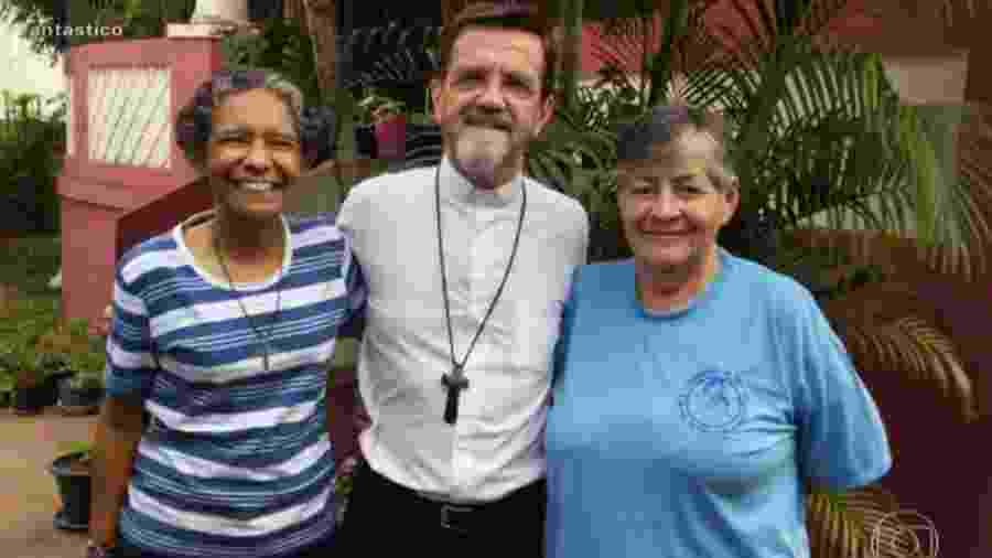 Dom Luiz Fernando Lisboa (centro), bispo que vive em Moçambique há mais de 20 anos, posa entre as freiras Inês (esq) e Eliane (dir); as duas foram mantidas reféns por 24 dias - Reprodução/TV Globo