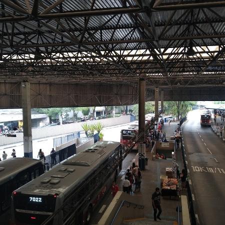 Ônibus estacionados no terminal Santo Amaro, zona sul de São Paulo; Em média, houve 5,3 milhões de viagens nos ônibus públicos da capital em cada dia útil de fevereiro deste ano - Cleber Souza/UOL