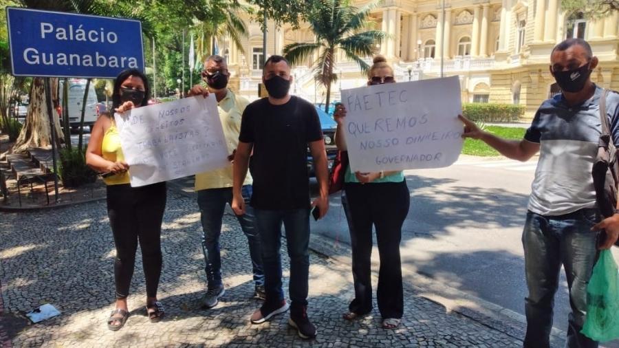 Ex-funcionários de terceirizada contratada pela Faetec fizeram um protesto na frente do Palácio Guanabara, no Rio - Arquivo pessoal