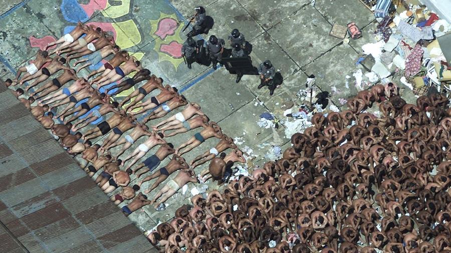 19.02.2001 - Vista aérea dos presos, da antiga Casa de Detenção do Carandiru, em São Paulo (SP), vigiados por policiais militares do Batalhão de Choque após término da rebelião. - 19.02.2001 - Patrícia Santos/Folhapress