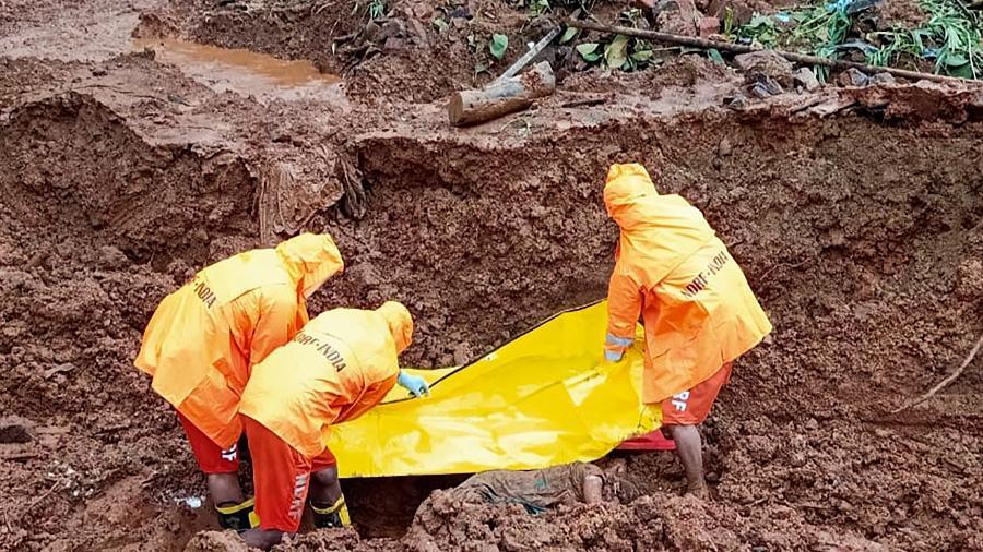 25.jul.2021 - Equipes recuperam corpo de vítima no local de um deslizamento de terra após fortes chuvas de monção na vila de Posare Khurd no distrito de Khed de Maharashtr, Índia - AFP/National Disaster Responde Force
