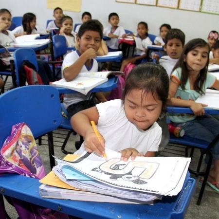 Criança com síndrome de Down em aula na escola pública regular - Rodemarques Abreu (Semed)