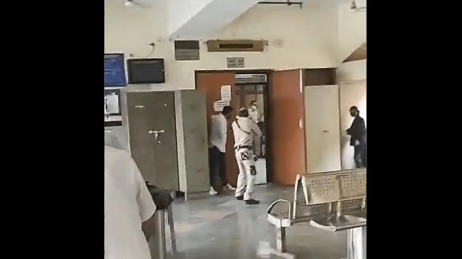 Seguranças entram em tribunal onde um criminoso foi assassinado durante o julgamento em Nova Déhli, na Índia - Reprodução/Twitter