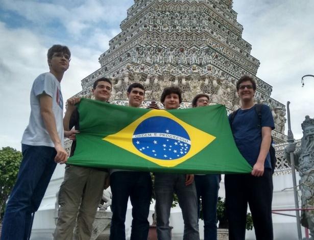 Equipe brasileira na Tailândia, onde foi disputada a Copa do Mundo de Física - Organização IYPT