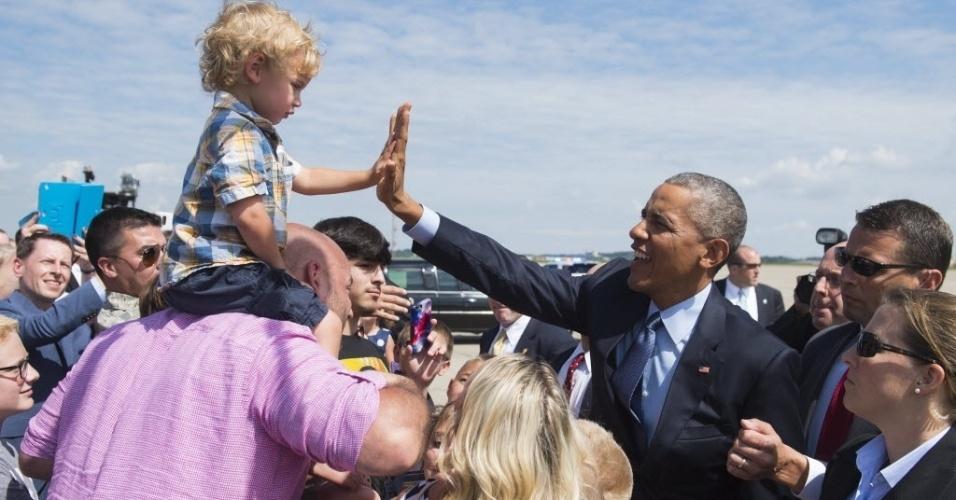 21.jul.2015 - O presidente dos Estados Unidos, Barack Obama, cumprimenta menino após chegar ao Aeroporto Internacional de Pittsburgh, na Pensilvânia. Obama viajou para participar da Convenção Nacional dos Veteranos de Guerras no Exterior