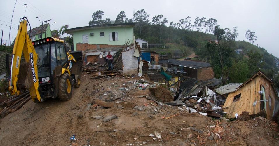 24.jul.2015 - Uma casa desmoronou em Florianópolis nesta sexta-feira (24) devido as fortes chuvas que ocorreram na noite de quinta-feira e na manhã desta sexta-feira no Morro da Queimada. Segundo os moradores a garagem caiu em cima da casa, mas a única pessoa que estava dentro dela não se feriu