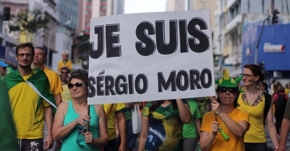 """16.ago.2015 - Manifestante erguem cartaz onde se lê """"Je suis Sérgio Moro"""", em alusão ao juiz federal Sérgio Moro, em Curitiba (PR), durante protesto contra o governo da presidente Dilma Rousseff e o PT"""