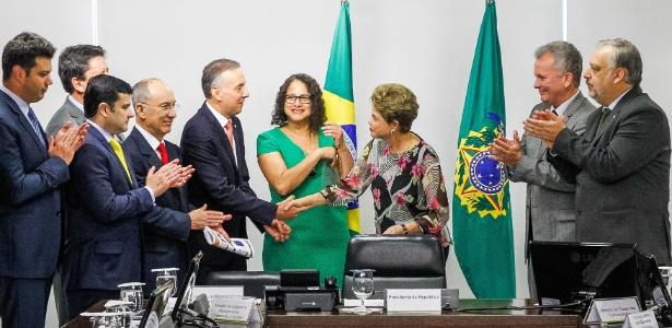 Aguinaldo Ribeiro (PP-PB) cumprimenta Dilma, então sua aliada, em setembro de 2015