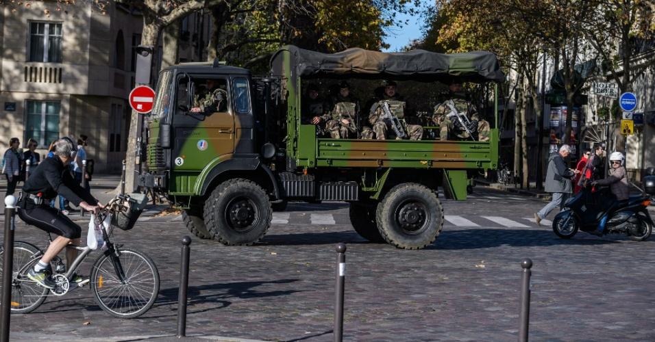 15.nov.2015 - Caminhão militar circula por Paris. Cerca de 3.000 soldados patrulham as ruas da capital francesa após os atentados da última sexta-feira (13)
