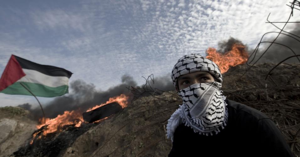 21.nov.2015 - Palestino e tropas israelenses entram em confronto em região próxima de El-Bureij, no centro da faixa de Gaza. A violência entre palestinos e israelenses já matou pelo menos 86 pessoas no lado palestino, incluindo um árabe israelense, 15 israelenses, um americano e uma pessoa da Eritreia desde o início de outubro de 2015