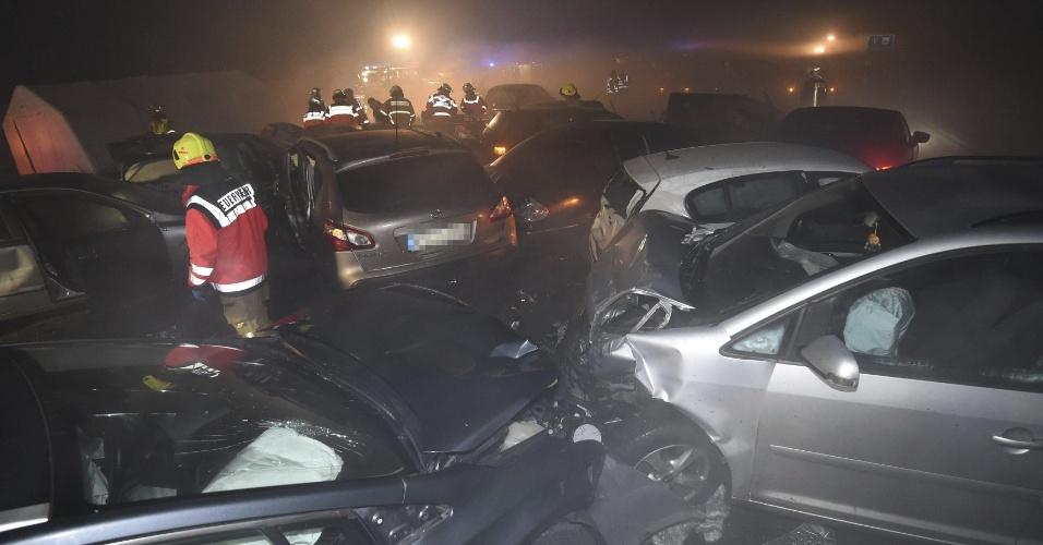 1º.jan.2016 - Um total de 24 veículos se envolveram em uma acidente na autopista A33 próxima a Paderborn, na Alemanha. Um homem morreu e outras 66 pessoas ficaram feridas, segundo a polícias