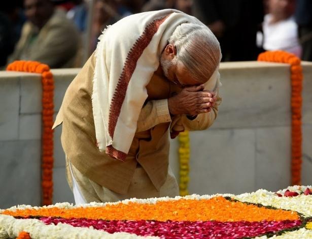 30.jan.2016 - O primeiro-ministro da Índia, Narendra Modi, presta homenagem a Mahatma Gandhi em Nova Délhi, neste sábado (30), durante celebração para lembrar os 68 anos do assassinato do líder da independência indiana. Gandhi foi morto com três tiros no peito e na cabeça em 1948, em Nova Délhi