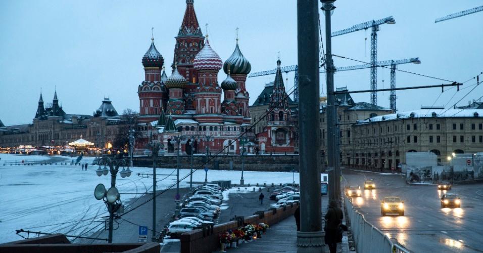 27.fev.2016 - Motoristas transitam por ponte em Moscou onde, há um ano, o líder da oposição russa Boris Nemtsov foi morto a tiros, diante da catedral de São Basílio