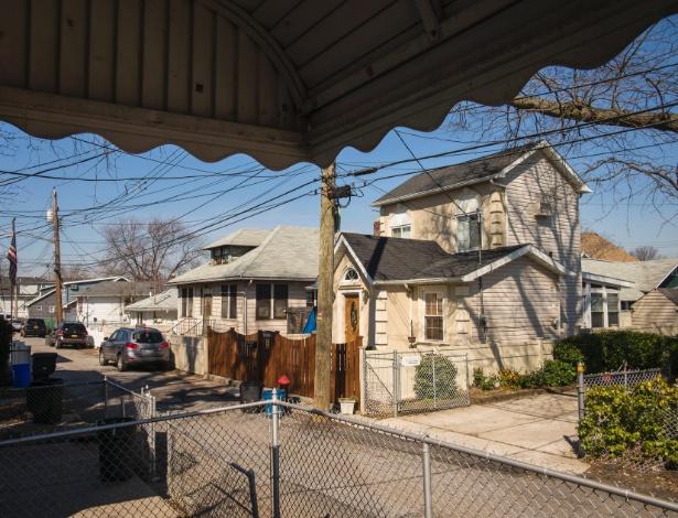 Casa na região de Staten Island, em Nova York (EUA), que será leiloada no mês de maio