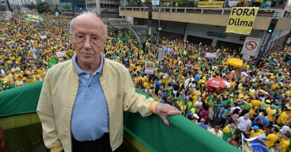 13.mar.2016 - Hélio Bicudo, um dos fundadores do PT, participa de ato contra o governo Dilma Rousseff na avenida Paulista, região central de São Paulo. Ele é autor de um dos pedidos de impeachment contra Dilma