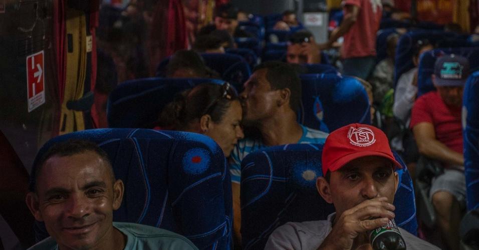 16.abr.2016 - Casal demonstra afeto dentro de ônibus que leva integrantes do MTST (Movimento dos Trabalhadores Sem-Teto) de São Paulo à Brasília. Os registros da Agência Nacional de Transporte Terrestre indicam mais de 400 ônibus de viagens próximos à Esplanada dos Ministérios