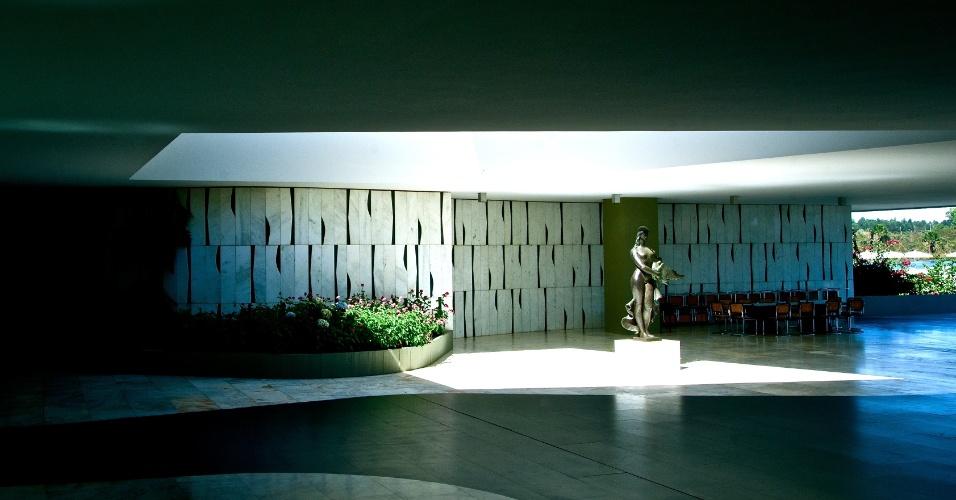A principal característica do Palácio do Jaburu e o que o diferencia de outros, como o Alvorada, é o fato de ser uma construção exclusivamente destinada a moradia. Mas é uma residência de muito luxo e coberta de obras de arte. Em destaque, a escultura em bronze, Leda e o Cisne, de Alfredo Ceschiatti e, ao fundo, painel de Athos Bulcão