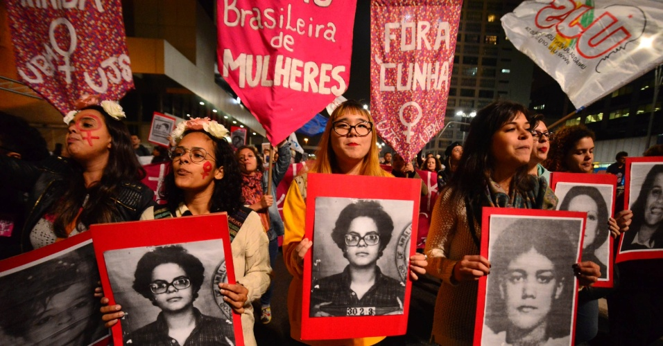 29.abr.2016 - Manifestantes ligados a grupos sociais e feministas realizam ato contra o impeachment da presidente Dilma Rousseff. A manifestação, intitulada '#FicaQuerida', acontece na praça do Ciclista, na avenida Paulista