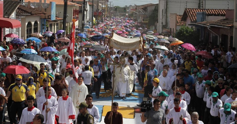 26.mai.2016 - Milhares de pessoas participam da procissão de Corpus Christi na cidade de Capanema (PA)