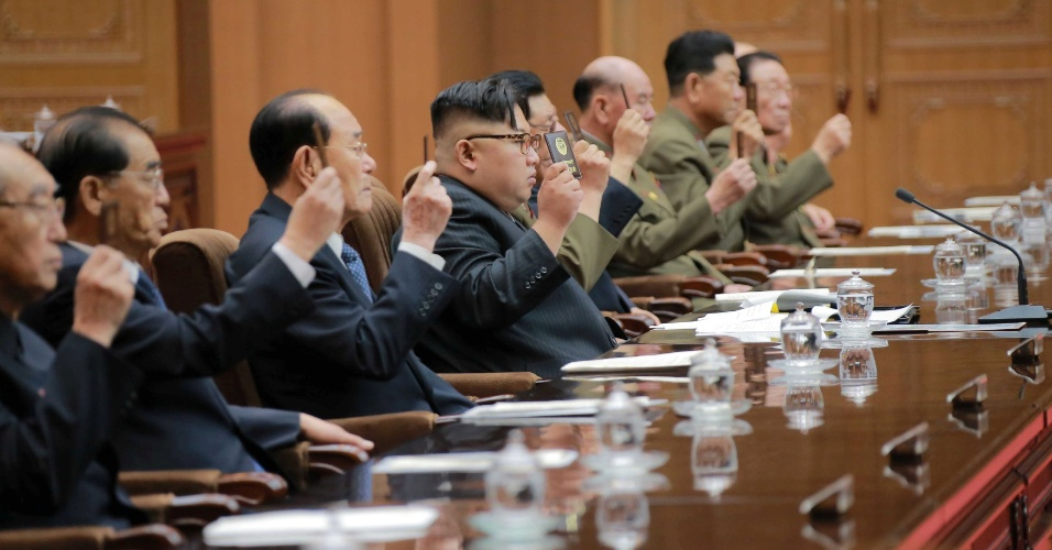 30.jun.2016 - O líder da Coreia do Norte, Kim Jong-un (ao centro), participa de sessão da 13ª Assembleia do Povo Suprema do país ao lado de outros delegados, em Pyongyang. A foto foi divulgada pela agência estatal KCNA, com data não revelada