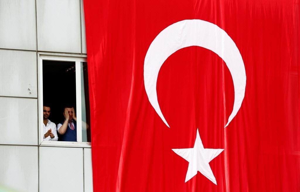 30.jun.2016 – Amigos de motoristas de táxi que morreram no ataque ao aeroporto Ataturk, em Istambul, se reuniram para rezar e homenagear as vítimas no local do atentado na Turquia