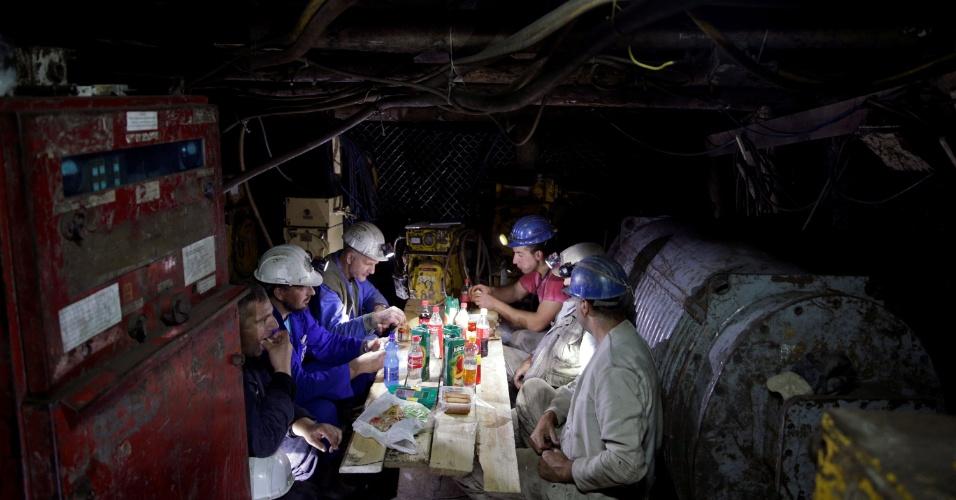 4.jul.2016 - Mineiros comem o iftar durante a quebra de jejum do Ramadã dentro da mina de carvão de Haljinici, na Bósnia-Herzegovina