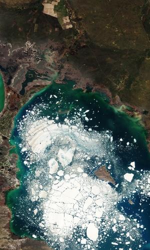 23.set.2016 - Grandes pedaços de gelo flutuam no lago Alakol, no Cazaquistão. A água do lago de sal congela por dois meses no inverno e derrete na primavera. Alakol significa