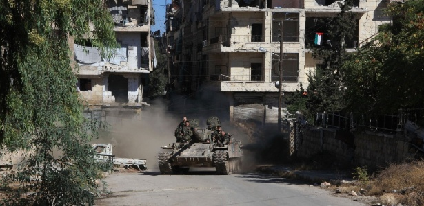 Forças pró-governo da Síria participam de operação para tomar controle do bairro de Suleiman al-Halabi, em Aleppo, na Síria
