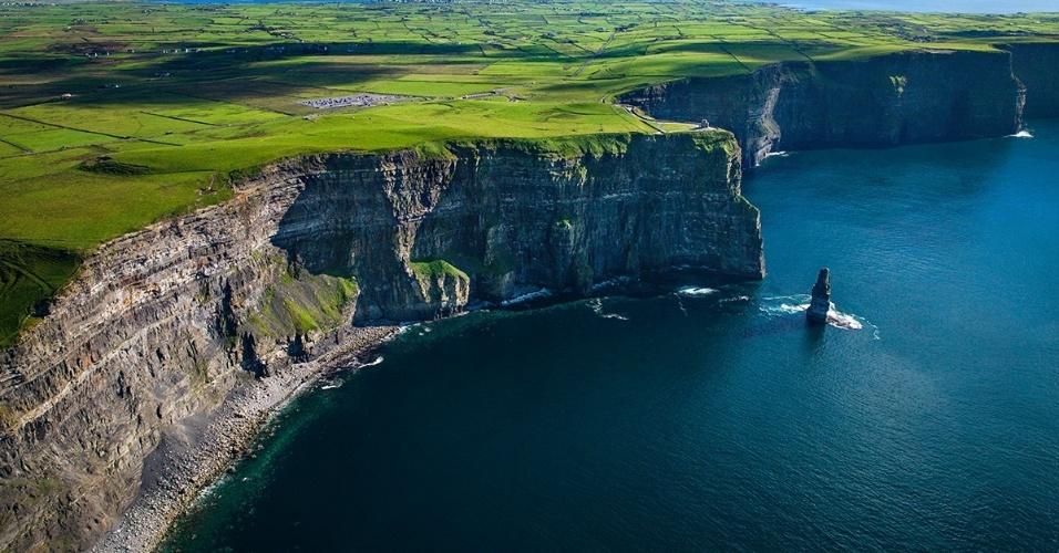 As falésias de Moher, na costa oeste da Irlanda. Com mais de 200 m de altura no seu ponto mais alto, o local é uma das mais vertiginosas e populares atrações turísticas da Irlanda