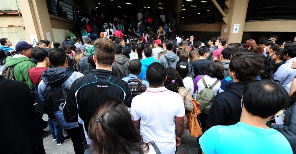 5.nov.2016 - studantes começam a entrar no local de prova, no campus da Uninove no bairro da Barra Funda para o primeiro dia do Enem 2016