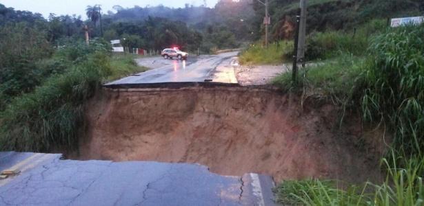 Cratera com cerca de 50 metros aberta por conta das chuvas na rodovia LMG-806