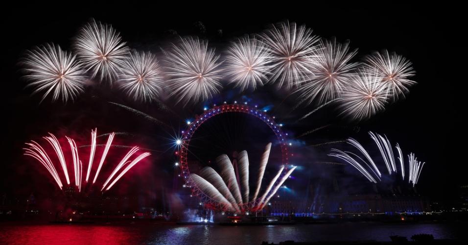 1.jan.2017 - Queima de fogos atrás da London Eye, em Londres, durante a festa de Réveillon