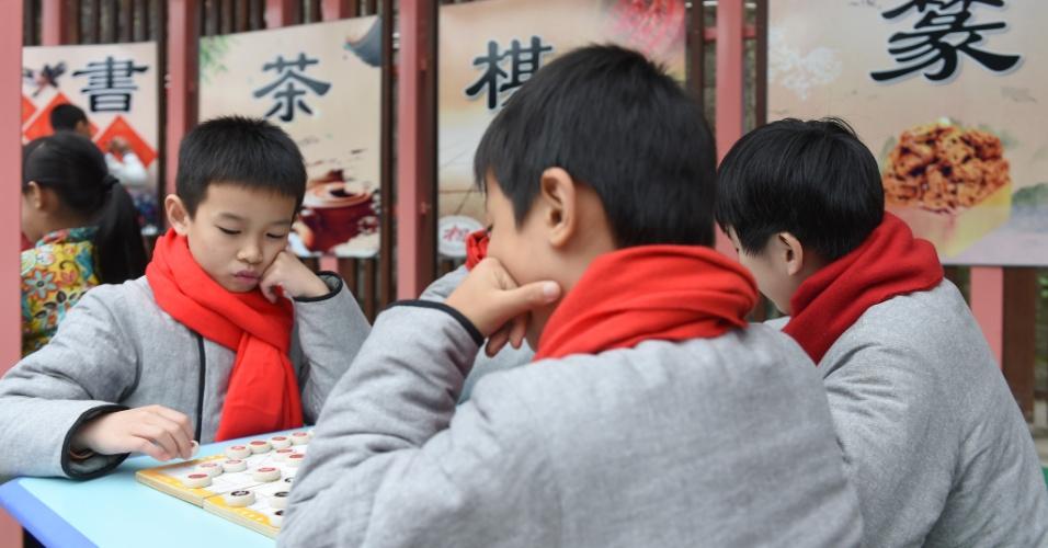 28.dez.2016 - Estudantes jogam xadrez em uma escola na província de Fujian, no sudeste da China, durante uma série de atividades realizadas sobre a cultura tradicional do país
