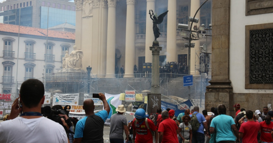 1.fev.2017 - Policiais agridem manifestantes com bombas de efeito moral e balas de borracha na Alerj