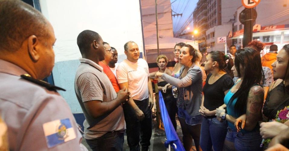 11.fev.2017 - Familiares de Policiais Militares realizam um movimento de incentivo à paralisação no Rio de Janeiro em frente ao 6º Batalhão da corporação, na Barra da Tijuca, zona norte da capital fluminense. A manifestação está refletindo na segurança dos militares. Na UPP (Unidade de Polícia Pacificadora) do Morro do Salgueiro,15 policiais trabalham desarmados e sem colete à prova de balas. Eles afirmam que receberam ordem do comando do batalhão de seguir diretamente para a base da UPP, sem se abastecer de equipamentos na corporação