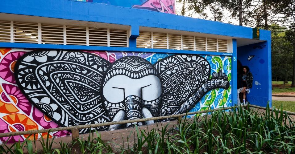 23.mar.2017 - Um projeto realizado por 14 grafiteiros de São Paulo trouxe 11 murais ao entorno de dois banheiros públicos da marquise do Ibirapuera
