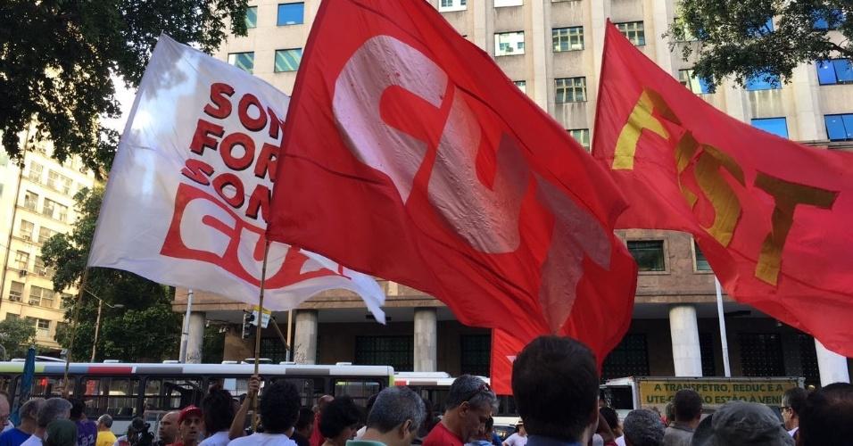 31.mar.2017 - Integrantes de centrais sindicais e movimentos sociais se reúnem na Candelária para protesto contra o governo Temer, a reforma da Previdencia e a lei de terceirização ampla
