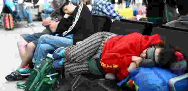28.mai.2017 - Passageiros dormem no Terminal 5 de Heathrow, em Londres - Neil Hall/Reuters - Neil Hall/Reuters