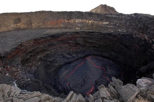 5.jul.2017 - Turistas visitam entrada do vulcão na Etiópia, também conhecido como porta do inferno