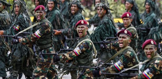 Soldados da Força Armada Nacional Bolivariana em desfile cívico em julho