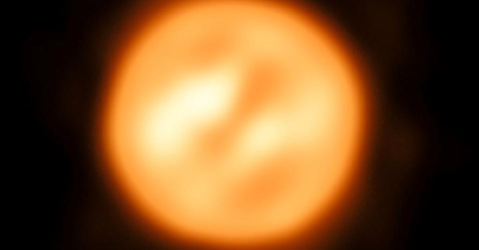 Imagem da estrela supergigante Antares, construída por astrônomos usando o interferômetro do telescópio VLT do observatório no deserto do Paranal (Chile)