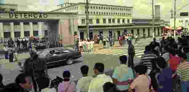 03.set.92 - Policiais, parentes e curiosos em frente da Casa de Detenção do Carandiru - Rogério Albuquerque/Folhapress - Rogério Albuquerque/Folhapress