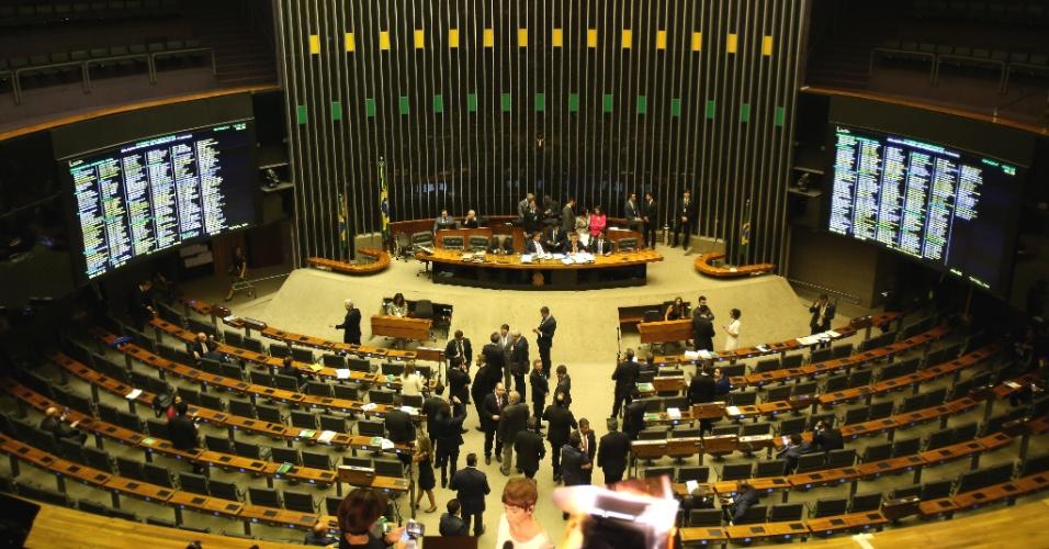 25.out.2017 - É preciso ter ao menos 342 deputados com presença registrada no plenário para votar a denúncia. Às 13h, o sistema da Câmara apontava a presença de 370 deputados na Câmara, mas apenas 281 registrados no plenário. Havia um grande número de ausentes entre os partidos da base do governo no horário: 31 dos 40 deputados do PP haviam registrado presença, assim como 29 dos 46 parlamentares do PSDB; 32 dos 36 do PSD; 24 dos 39 do PSD; 19 dos 30 do DEM; e 53 do total de 61 deputados do PMDB