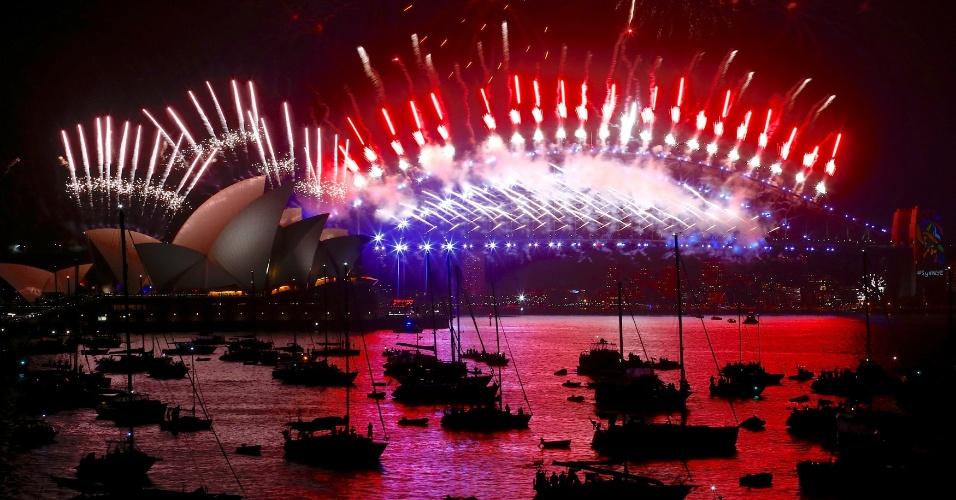 É Ano-Novo na Austrália! Fogos de artifício iluminam a ponta da baía de Sydney e o Sydney Opera House durante as celebrações da chegada de 2018 na Austrália